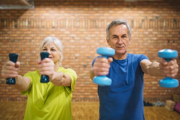 Oudere mensen die in gymnastiek opleiden