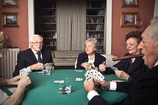 Oudere mensen die met kaarten spelen