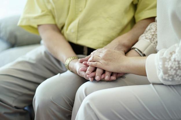 Oudere paren houden handen vast