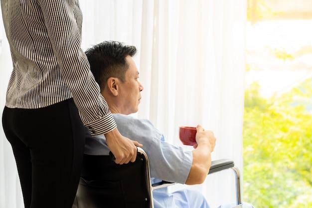 Oudere patiënt op rolstoel