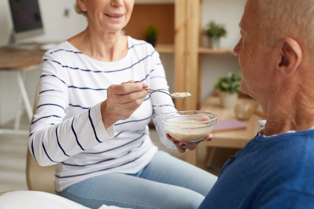Oudere patiënt voeden