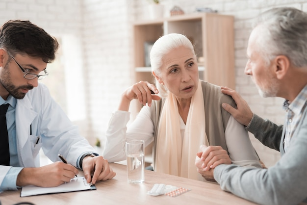 Oudere patiënten vertellen de arts wat het pijn doet.