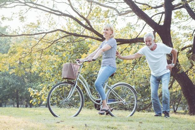 Oudere stellen fietsen samen.