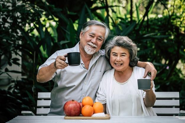 Oudere stellen spelen en fruit eten