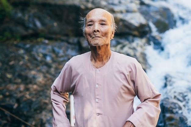 Oudere vietnamese octogenarian in het park