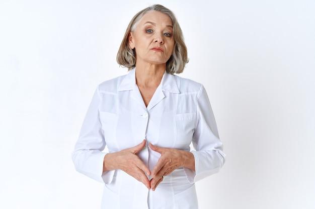 Oudere vrouw arts in witte jas geneeskunde stethoscoop