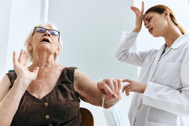Oudere vrouw bij de doktersafspraak groot spuitvaccinpaspoort
