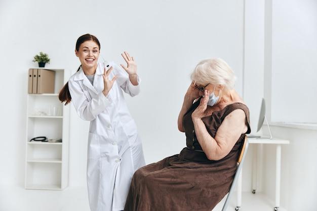 Oudere vrouw bij de doktersafspraak injectie in het vaccinpaspoort van de arm