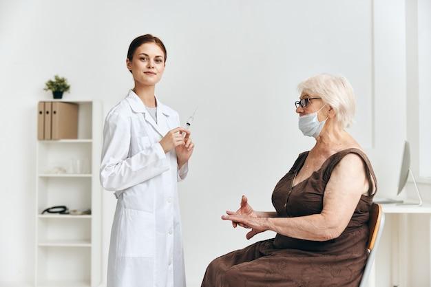 Oudere vrouw bij de doktersafspraak vaccinatie vaccin paspoort