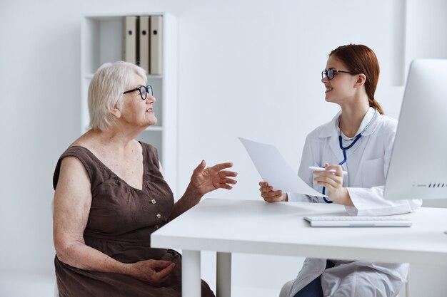 Oudere vrouw communiceert met de gezondheidsdiagnostiek van de arts