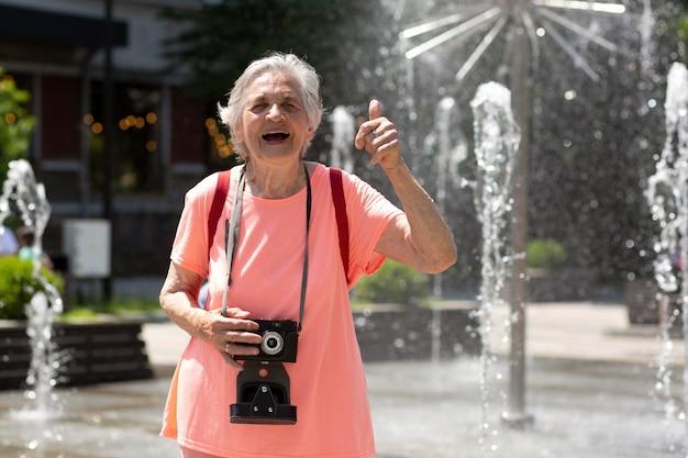 Oudere vrouw die alleen reist in de zomer