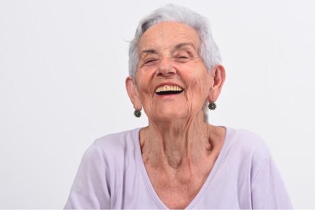 Oudere vrouw die gelach maakt
