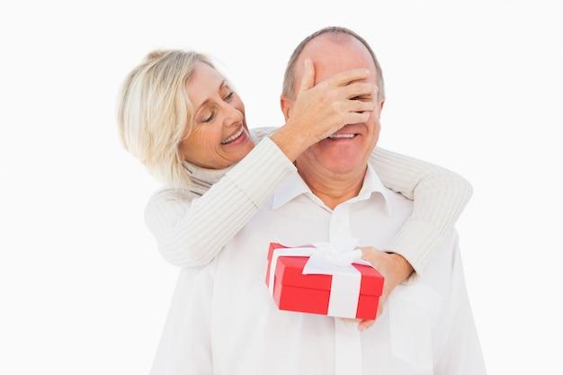 Oudere vrouw die haar partnersoog behandelt terwijl huidig houdt