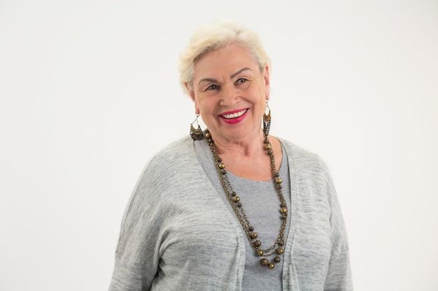 Oudere vrouw die lacht geïsoleerde senior dame met blij gezicht vormen een positieve mentaliteit