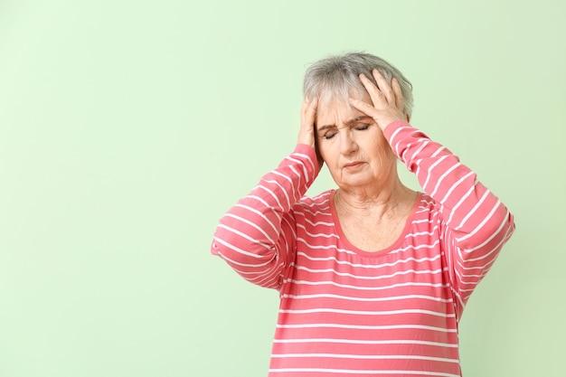 Oudere vrouw die lijdt aan een mentale handicap op kleur