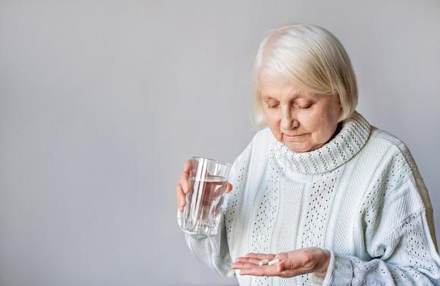 Oudere vrouw die medicijnen gebruikt
