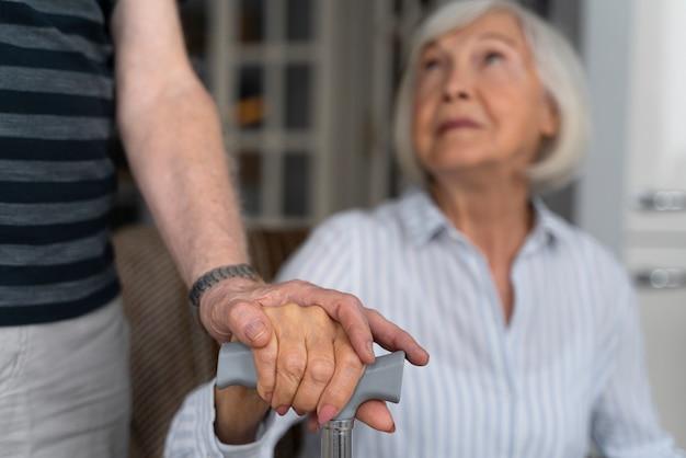 Oudere vrouw die naar haar verzorger kijkt