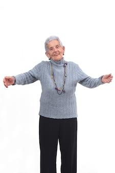 Oudere vrouw die u een knuffel op witte achtergrond wil geven