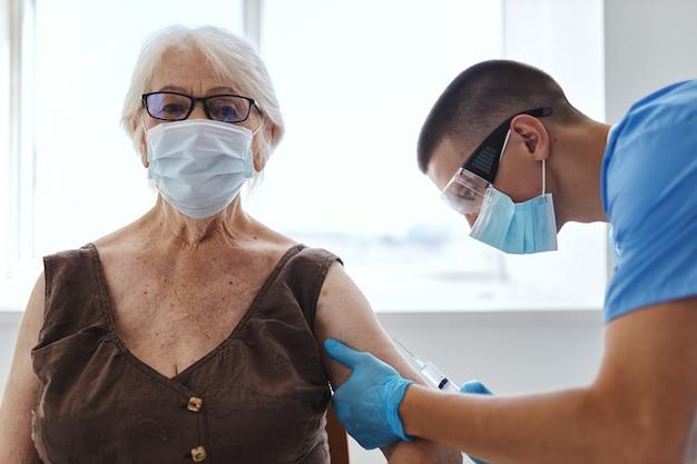 Oudere vrouw en arts vaccinatie covid-19 paspoort. hoge kwaliteit foto