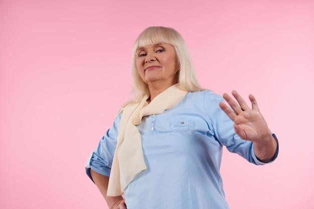 Oudere vrouw ervaart walging op roze.
