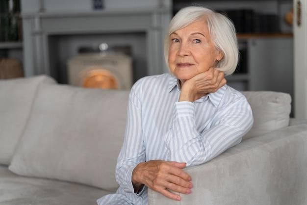 Oudere vrouw geconfronteerd met de ziekte van alzheimer al