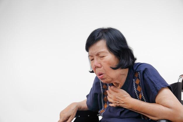 Oudere vrouw hoest, vernauwing, geïsoleerd op wit