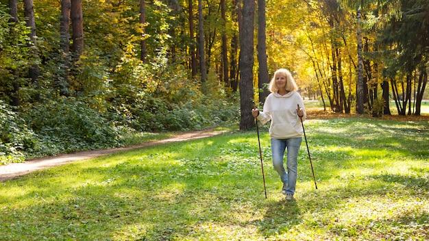 Oudere vrouw in natuurtrekking
