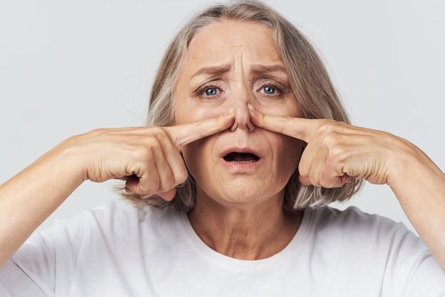 Oudere vrouw loopneus zakdoek koud. hoge kwaliteit foto