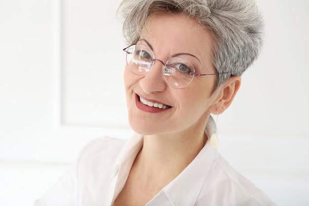 Oudere vrouw met blij gezicht