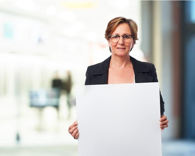 Oudere vrouw met een poster Gratis Foto