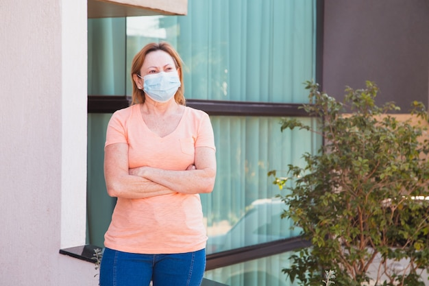 Oudere vrouw met mascara op haar gezicht. coronavirus concept