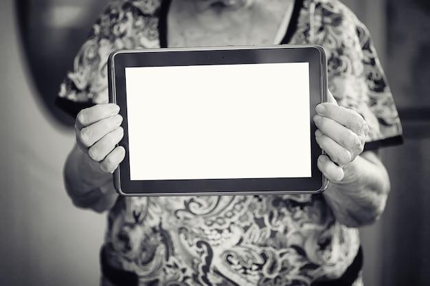 Oudere vrouw met tablet