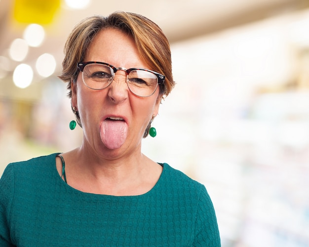 Oudere vrouw met tong uit