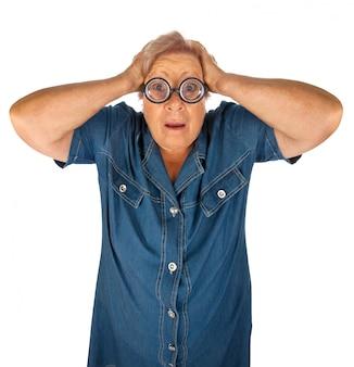 Oudere vrouw met verraste uitdrukking