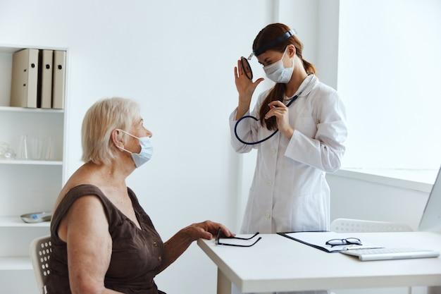 Oudere vrouw patiënt bij de arts gezondheidsdiagnostiek