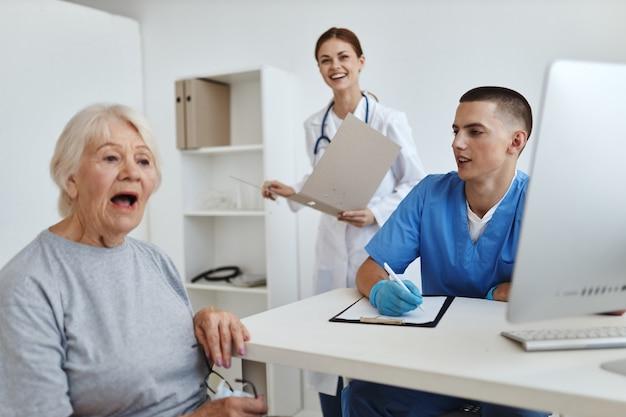 Oudere vrouw patiënt bij de artsen en verpleegkundigen afspraak service ziekenhuis
