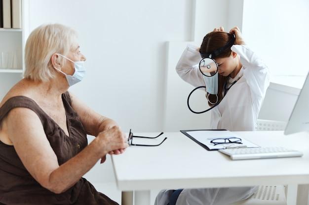 Oudere vrouw patiënt bij de dokter gezondheidszorg