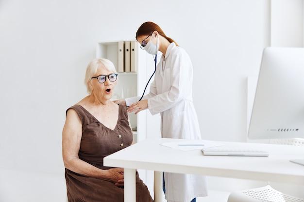 Oudere vrouw patiënt bij de dokter stethoscoop
