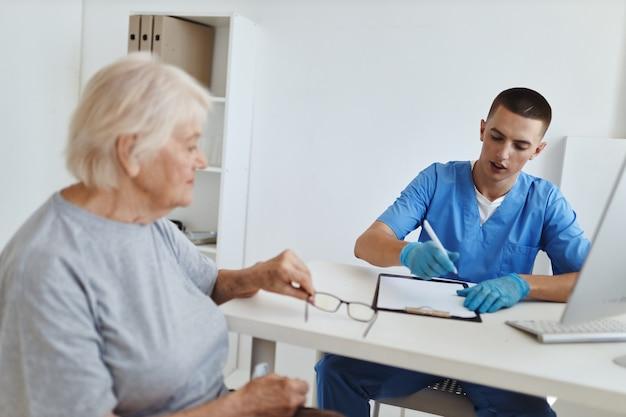 Oudere vrouw patiënt bij de doktersafspraak gezondheidszorg