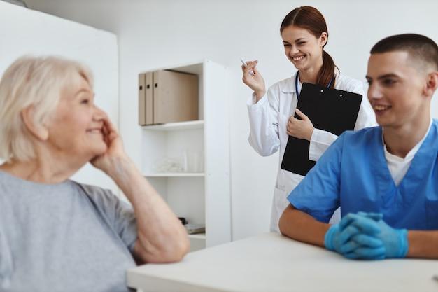 Oudere vrouw patiënt in het ziekenhuis bij de dokters en verpleegkundigen afspraak
