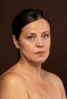 Oudere vrouw poseren voor een schoonheid geschoten met make-up