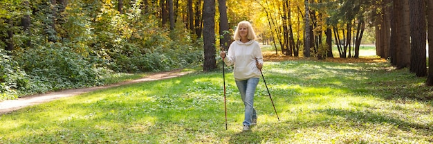 Oudere vrouw wandelen buiten in de natuur