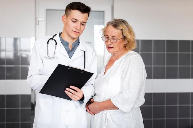 Oudere vrouwelijke patiënt die artsenresultaten bekijkt
