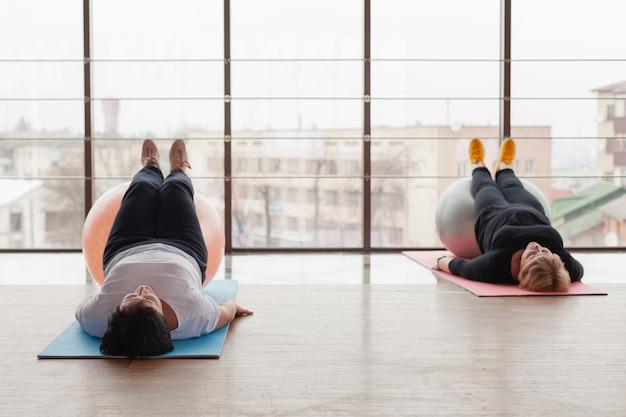 Oudere vrouwen op mat training