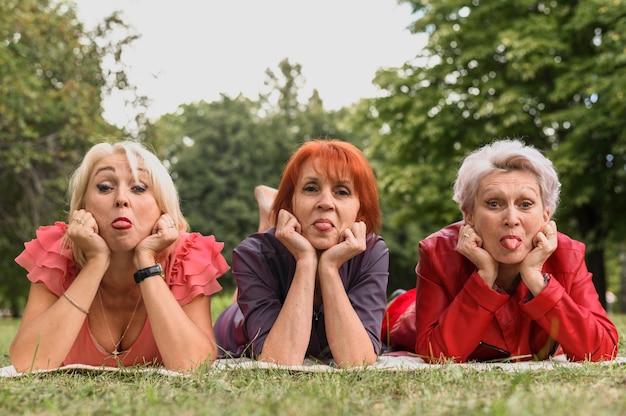 Oudere vrouwen samen in het park