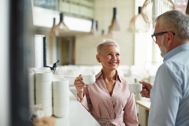 Oudere zakenmensen op coffe break