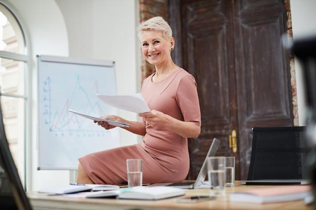 Oudere zakenvrouw in office