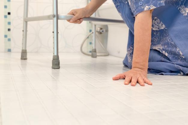 Ouderen die in de badkamer vallen vanwege gladde oppervlakken