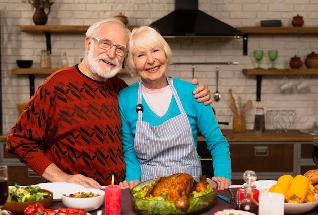 Ouderen echtpaar knuffelen elkaar