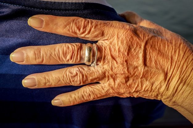 Ouderen gerimpelde hand